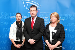 Alan Kelly MEP with Dwyer Family - 05/05/10The family of Michael Dwyer, the young Irish man killed in Boliva meeting Alan Kelly MEP in Brussels. (left to right) Ashling Dwyer, Alan Kelly MEP, Caroline Dwyer.Photo Gary Fox